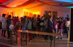 Kinder tanzen und werfen mit Ballons bei einer Kinderdisko