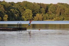 Kind springt mit Anlauf in den See