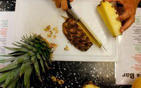 JiMs Bar: eine Ananas wird für die Cocktaildeko geschnitten