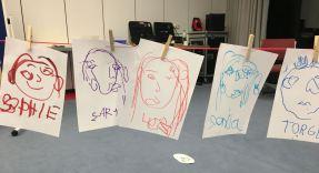 Juleica-Ausbildung: blind gemalte Portraits an einer Wäscheleine