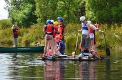 Juleica-Forbtildung: Kinder auf einem Floß