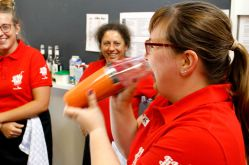 JiMs Bar: Barkeeperin lernt Shaken