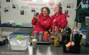 JiMs Bar: 2 Barkeeperinnen haben Spaß beim Shaken