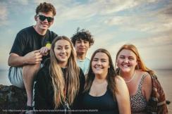 Jugendleiter*innen-Pool: Gruppe von jungen Erwachsenen posiert vor der Kamera