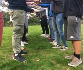Symbolbild: Juleica-Forbtildung: Jugendleiter*innen stehen Spalier und heben eine Person durch das Spalier