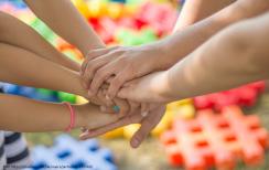 Kinder arbeiten Hand in Hand