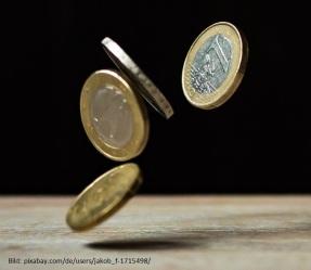Geldmünzen werden ausgeschüttet